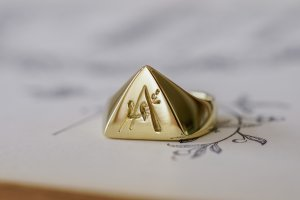 【Bespoke Order】Hand Engraved Triangle Signet Ring(18ct Yellow Gold)「A,桃の花と枝」
