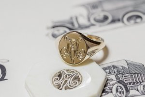 【Semi-custom made】Hand Engraved Oval Signet Ring(9ct Yellow Gold) 「RM」_完成3