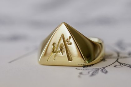 【Bespoke Order】Hand Engraved Triangle Signet Ring(18ct Yellow Gold)「A,桃の花と枝」_thumbnail