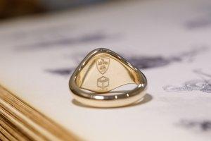 【Semi-custom made】The My Way×KUBUS Hand Engraved Oval Signet Ring(9ct Yellow Gold) RO5_完成4_リング裏面ロゴ刻印