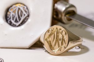 【Semi-custom made】Hand Engraved Oval Signet Ring(9ct Yellow Gold) 「DN」_thumbnail