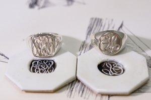 2つの指輪を並べた正面からの写真