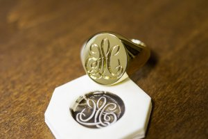 【Bespoke Order】Hand Engraved Big Oval Signet Ring(18ct Yellow Gold)「HL」