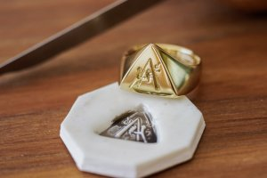 【Bespoke Order】Hand Engraved Triangle Signet Ring(18ct Yellow Gold)「A,桃の花と枝」_13