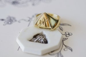 【Bespoke Order】Hand Engraved Triangle Signet Ring(18ct Yellow Gold)「A,桃の花と枝」_完成2_シーリングスタンプと