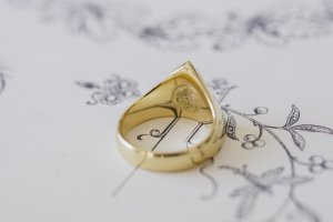 【Bespoke Order】Hand Engraved Triangle Signet Ring(18ct Yellow Gold)「A,桃の花と枝」_完成4_フェイス裏面_家紋機械彫り