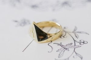 【Bespoke Order】Hand Engraved Triangle Signet Ring(18ct Yellow Gold)「A,桃の花と枝」_5