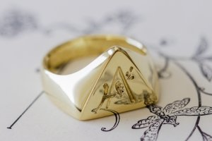 【Bespoke Order】Hand Engraved Triangle Signet Ring(18ct Yellow Gold)「A,桃の花と枝」_完成3_手彫り部分アップ