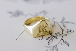 【Bespoke Order】Hand Engraved Triangle Signet Ring(18ct Yellow Gold)「A,桃の花と枝」_12