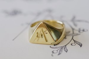 【Bespoke Order】Hand Engraved Triangle Signet Ring(18ct Yellow Gold)「A,桃の花と枝」_4