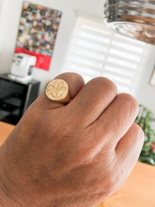 【Bespoke Order】Hand Engraved Big Oval Signet Ring(18ct Yellow Gold)「HL」_ご着用写真