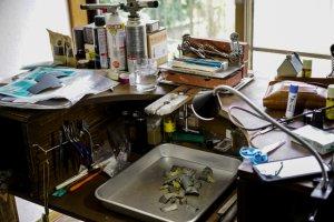 指輪制作中の彫金机